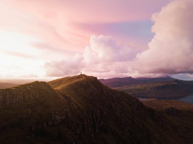 Pôr do sol em skye cuillin, escócia