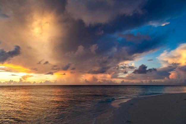 Pôr do sol em uma ilha no oceano índico