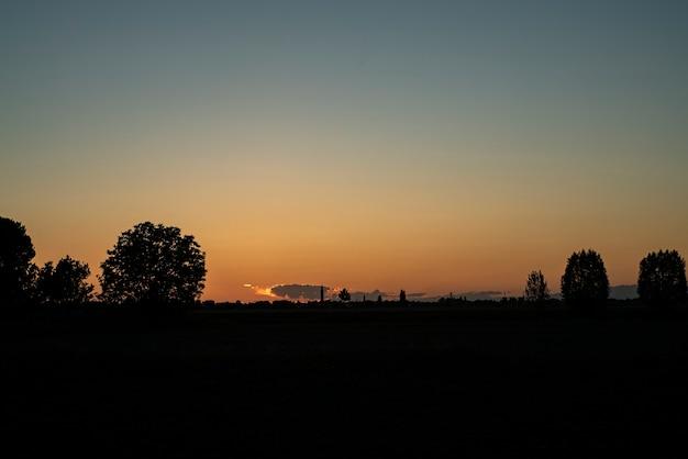 Pôr do sol em uma vila rural na primavera na itália