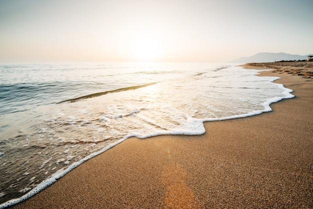 Pôr do sol fantástico na praia. paisagem bonita
