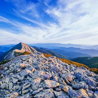 Pôr do sol fantástico nas montanhas da ucrânia