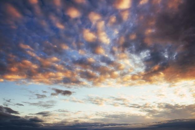 Pôr do sol fantástico nas nuvens cumulus montanhas