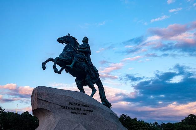 Pôr do sol iluminado do monumento do cavaleiro de bronze. centro de paisagem urbana única são petersburgo. veja o rio neva. cidade de pontos históricos centrais. principais locais turísticos na rússia. império russo da capital