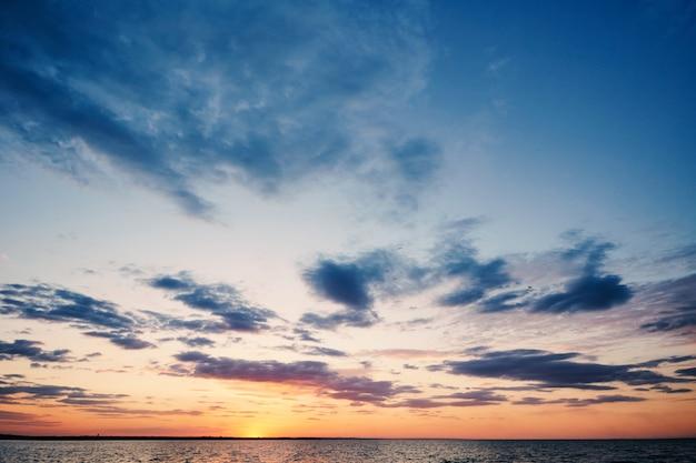 Por do sol impressionante perto da praia da fortaleza de akkerman