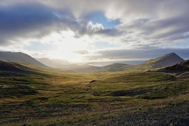 Por do sol incrível entre nuvens na islândia.