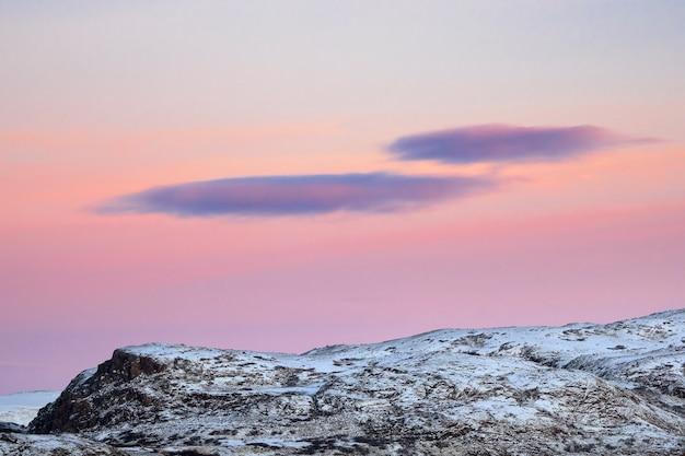 Pôr do sol incrível no norte da península de kola.