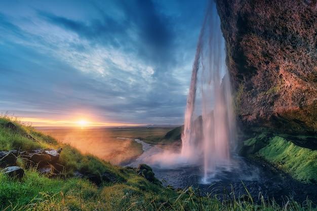 Pôr do sol inesperado em seljalandsfoss islândia