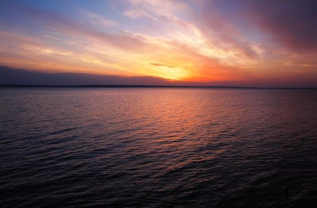 Pôr do sol laranja mágico sobre o mar. nascer do sol sobre a praia