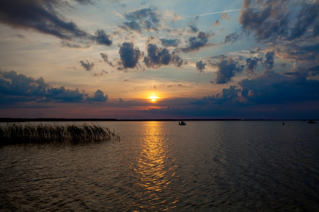 Pôr do sol lindo de verão no lago svityaz. fundo do sol.