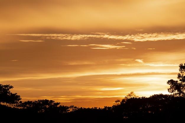 Por do sol maravilhoso ou fundo do nascer do sol.