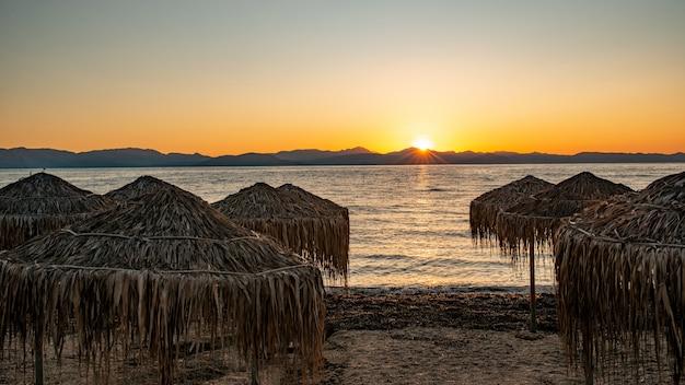 Por do sol na baía da ilha de corfu, grécia.