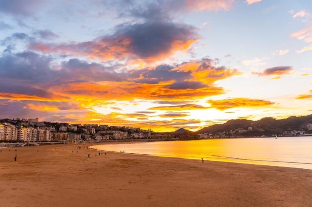 Pôr do sol na bela praia de la concha, na cidade de san sebastian, na província de gipuzkoa, no país basco