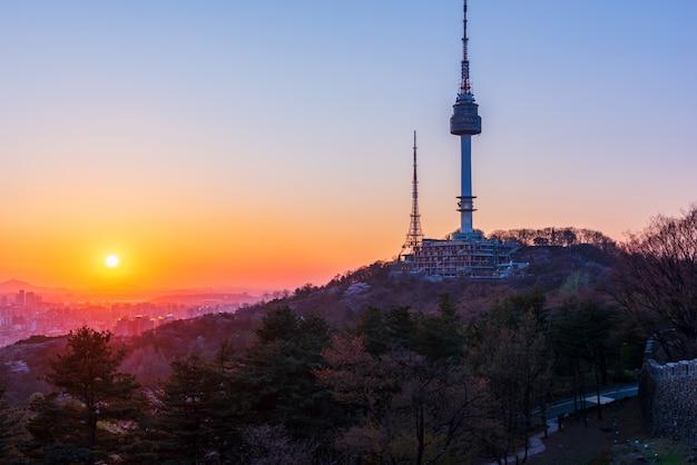 Por do sol na cidade de seoul, coreia do sul.
