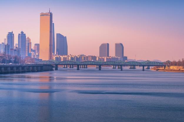 Pôr do sol na cidade de seul e hanriver em seul, coreia do sul