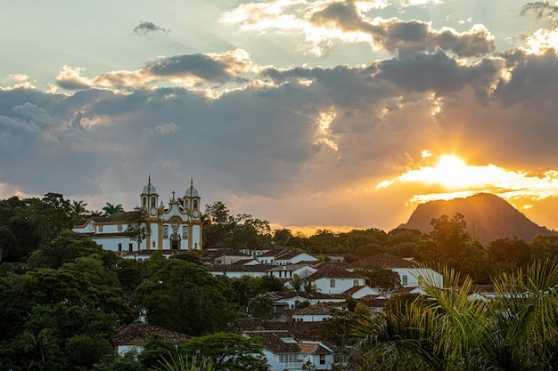 Pôr do sol na cidade de tiradentes com ruas, becos, igreja e casario colonial colorido