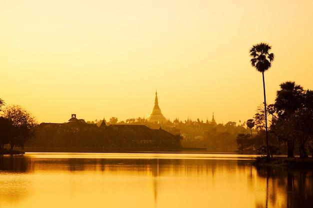 Pôr do sol na cidade de yangon mianmar