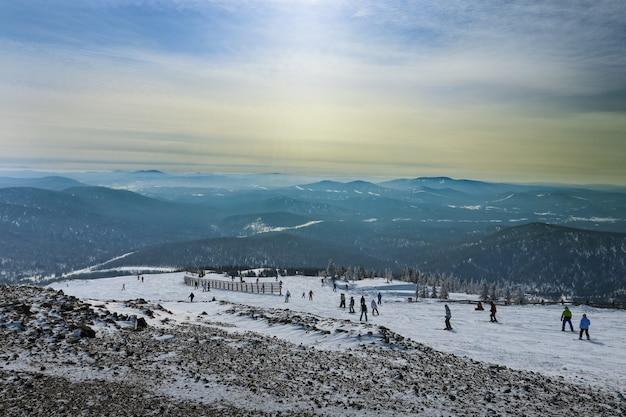 Por do sol na estância de esqui sheregesh sibéria, rússia.