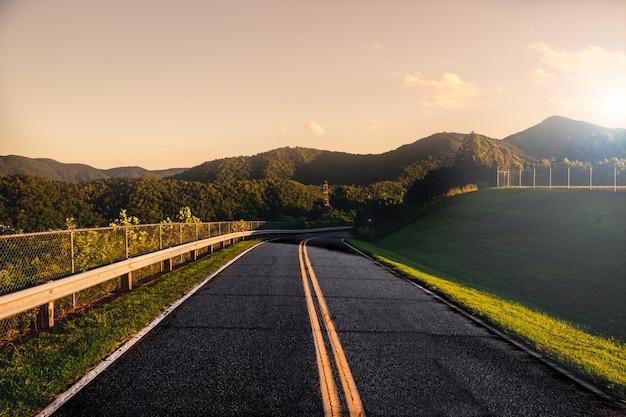 Pôr do sol na estrada de montanha