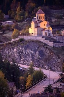 Por do sol na igreja de são nicolau em mestia - svaneti superior, geórgia.