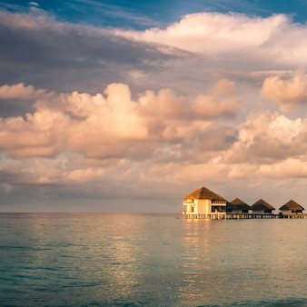 Pôr do sol na ilha das maldivas, resort de vilas aquáticas