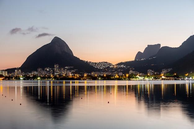 Pôr do sol na lagoa rodrigo de freitas no rio de janeiro brasil.