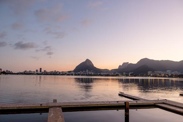 Pôr do sol na lagoa rodrigo de freitas no rio de janeiro, brasil.