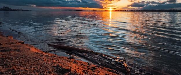 Pôr do sol na margem do rio