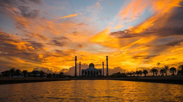 Pôr do sol na mesquita central de songkhla