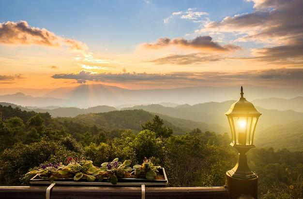 Pôr do sol na montanha da vista da varanda