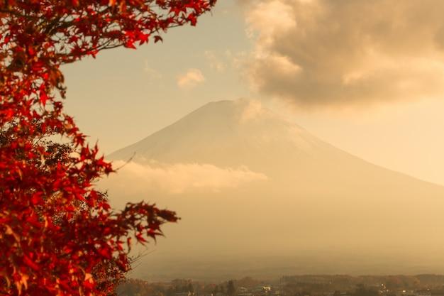 Pôr do sol na montanha fuji com pessoas no japão no outono
