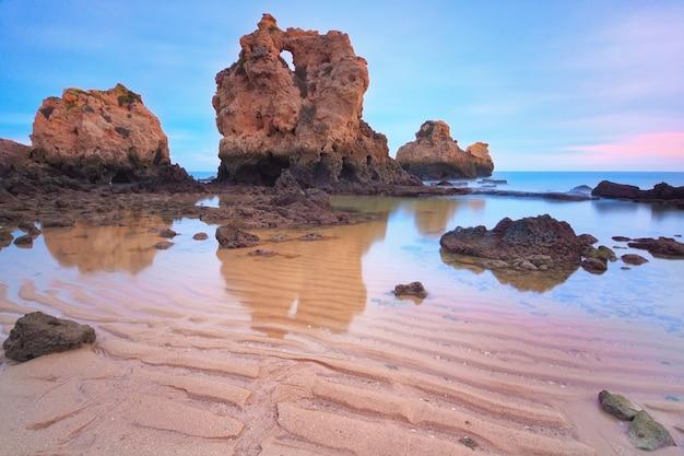 Pôr do sol na montanha para a praia do mar. portugal algarve.