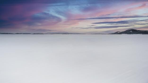 Pôr do sol na paisagem branca