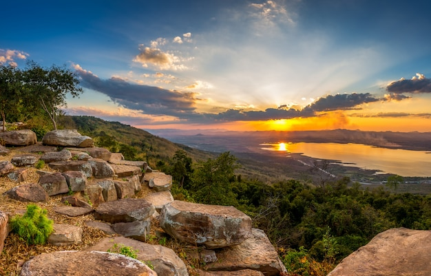Pôr do sol na paisagem de montanha