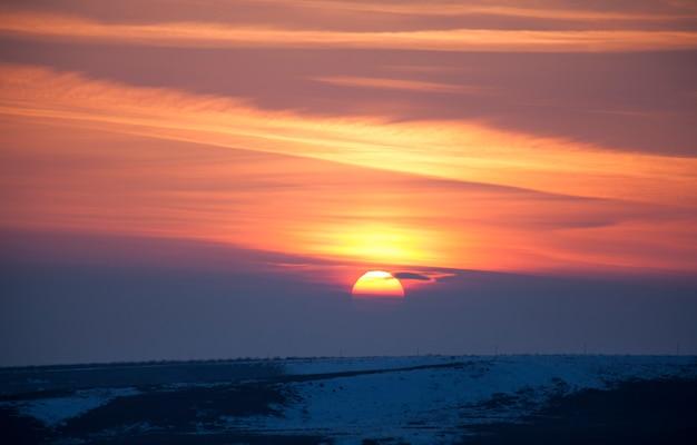 Pôr do sol na paisagem de montanhas de inverno.