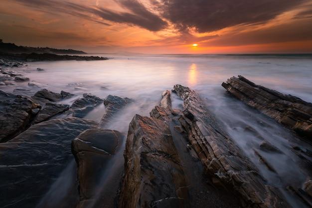 Pôr do sol na praia de bidart ao lado de biarritz, país basco.