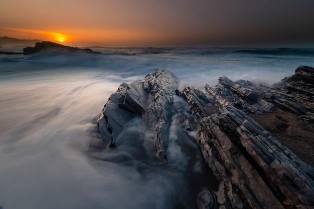 Pôr do sol na praia de bidart ao lado de biarritz, país basco