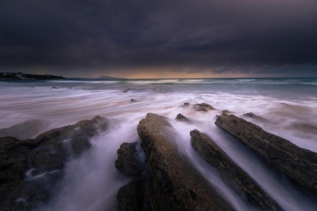 Pôr do sol na praia de bidart, país basco.