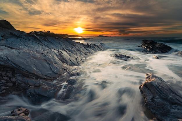 Pôr do sol na praia de bidart próximo a biarritz, país basco.