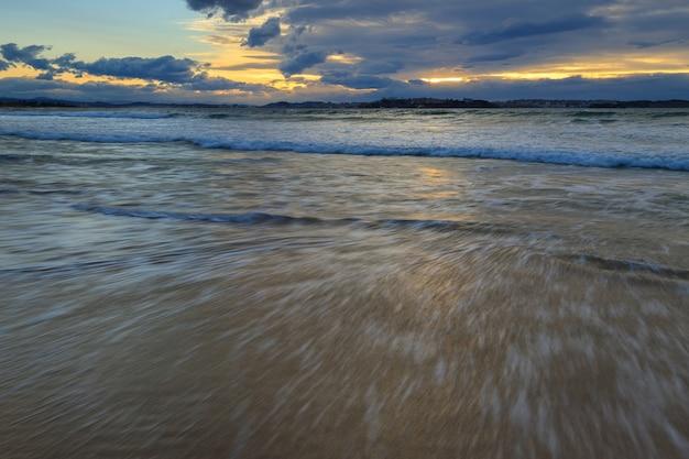 Pôr do sol na praia de loredo cantabria espanha