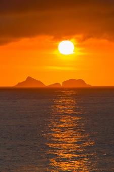Pôr do sol na praia do arpoador no rio de janeiro