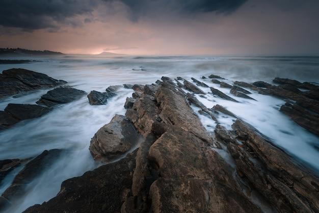 Pôr do sol na praia do país basco de bidart