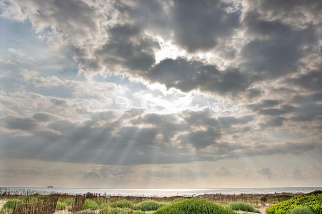 Pôr do sol na praia em um dia nublado de verão