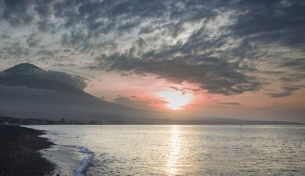 Pôr do sol na praia fechada ao vulcão