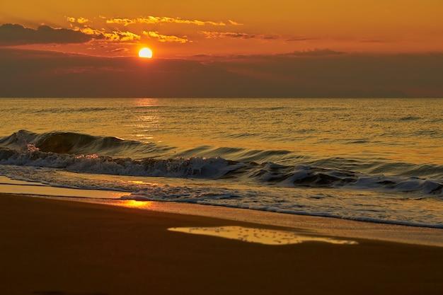 Pôr do sol na praia tropical durante o crepúsculo