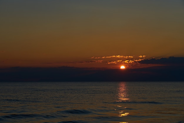 Pôr do sol na praia tropical