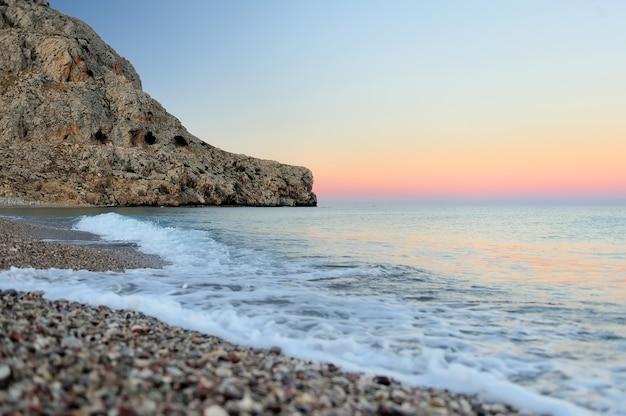 Pôr do sol na praia. vista da praia e montanhas