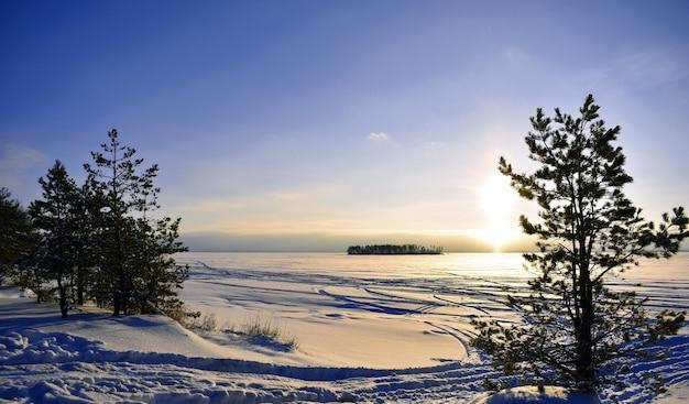 Pôr do sol nas margens do rio volga no inverno