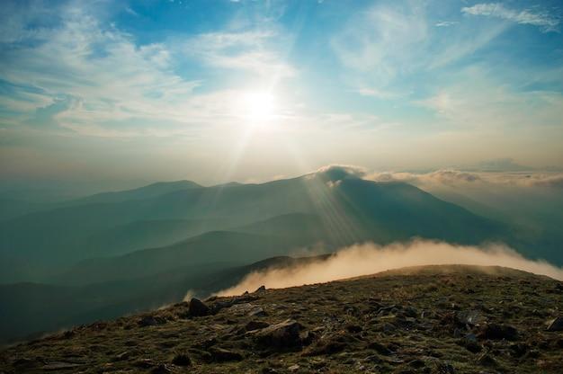 Pôr do sol nas montanhas, belas paisagens ucranianas