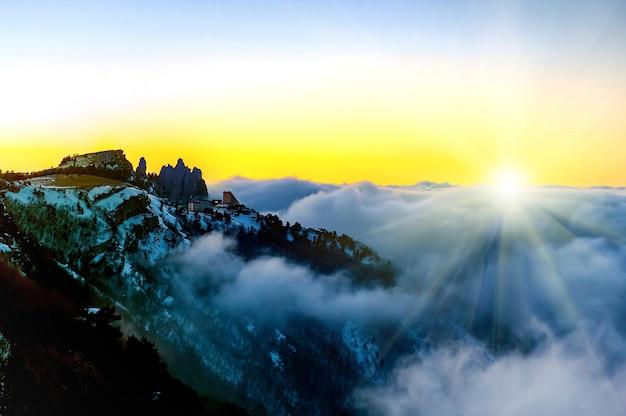 Pôr do sol nas montanhas com nuvens sobre o céu do pôr do sol
