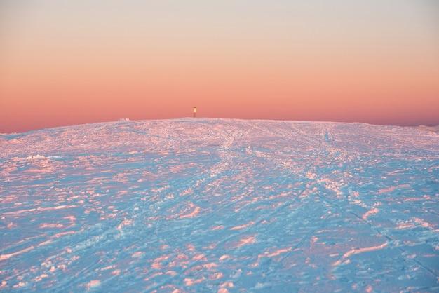 Pôr do sol nas montanhas de inverno cobertas de neve.